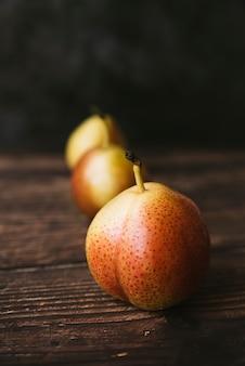 Vista frontale della sana composizione di frutta