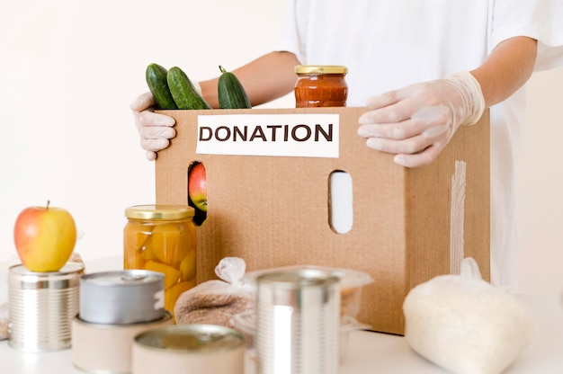 Vista frontale della scatola di donazione con disposizioni