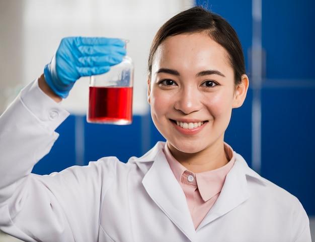 Vista frontale della sostanza femminile del laboratorio della tenuta della scienziata