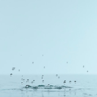 Vista frontale della spruzzata dell'acqua con lo spazio della copia