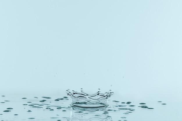 Vista frontale della spruzzata di liquido trasparente con lo spazio della copia