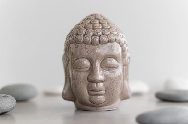 Vista frontale della statua della testa di buddha
