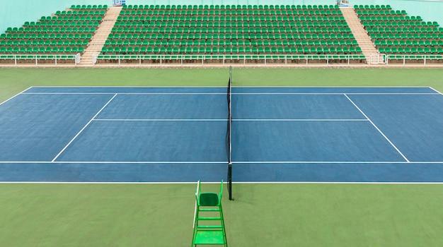 Vista frontale della superficie verde all'interno dello stadio del centro tennis