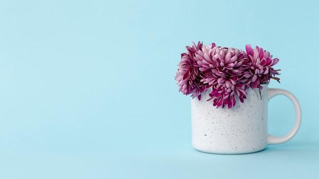 Vista frontale della tazza con fiori e copia spazio per san valentino