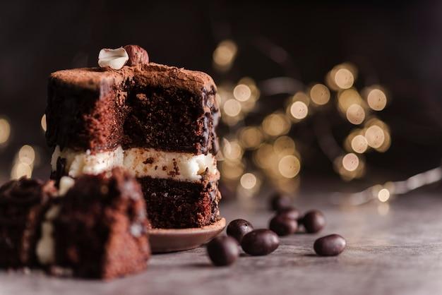Vista frontale della torta con gocce di cioccolato