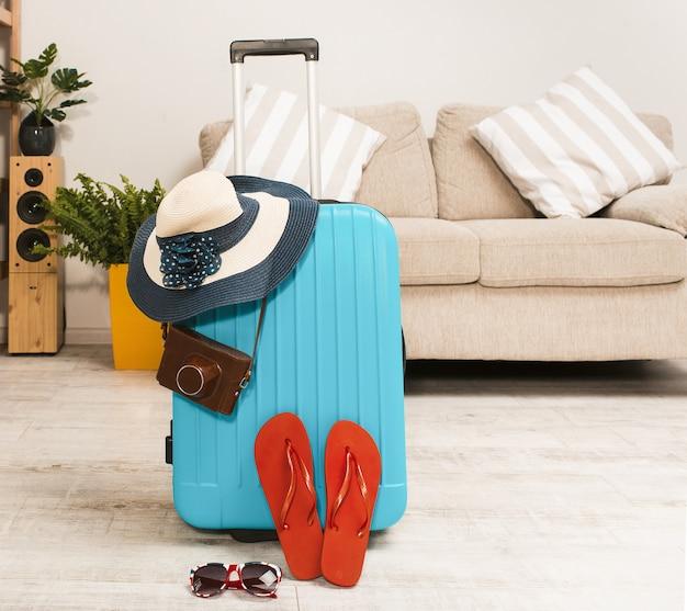 Vista frontale della valigia imballata per le vacanze estive.