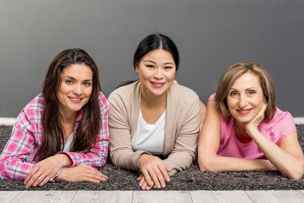 Vista frontale delle donne seduti sul pavimento