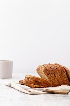 Vista frontale delle fette di pane tagliate lateralmente