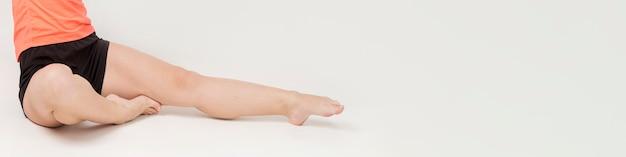 Vista frontale delle gambe della donna atletica con lo spazio della copia