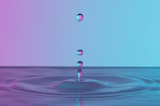 Vista frontale delle gocce trasparenti nel liquido