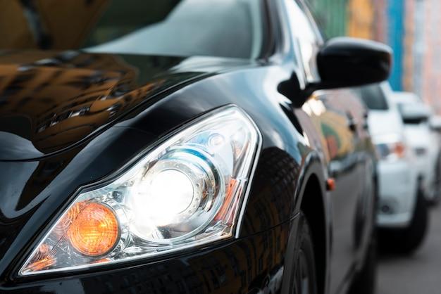 Vista frontale delle luci nere dell'automobile