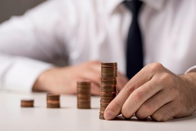 Vista frontale delle monete detenute dall'uomo d'affari