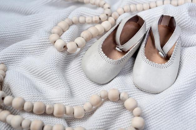Vista frontale delle scarpe sveglie della bambina sulla coperta