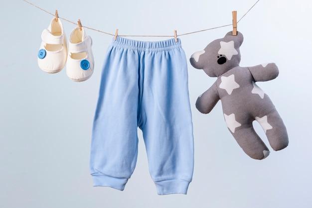 Vista frontale di accessori per bambini piccoli carino