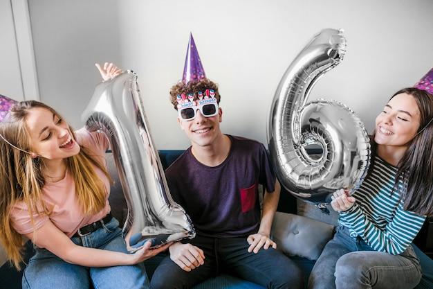Vista frontale di amici festeggia il compleanno