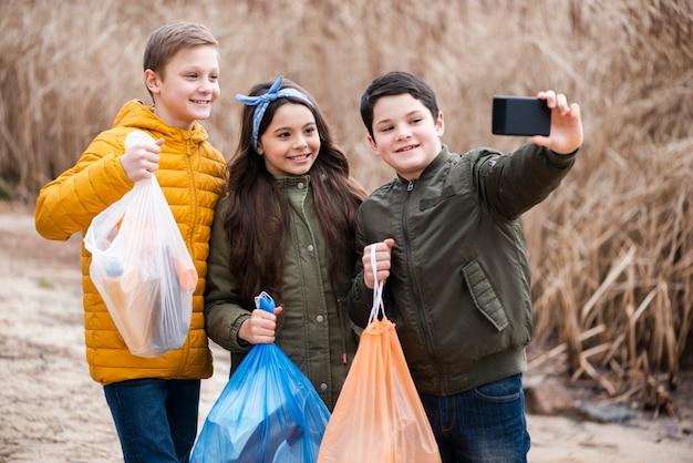 Vista frontale di bambini che prendono un selfie