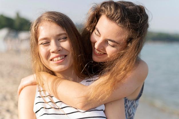 Vista frontale di belle ragazze in spiaggia