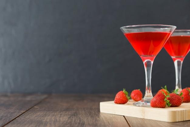 Vista frontale di bicchieri di cocktail