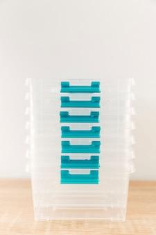 Vista frontale di casseruole di plastica impilate