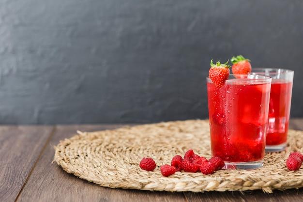 Vista frontale di cocktail alla fragola con spazio di copia