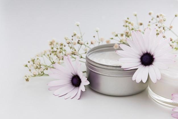 Vista frontale di crema e fiori