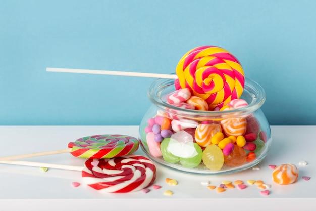 Vista frontale di deliziose caramelle colorate