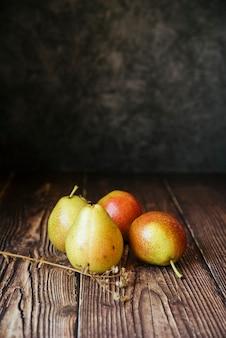 Vista frontale di deliziose pere sul tavolo di legno