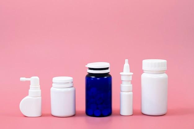 Vista frontale di diversi contenitori per pillole con spazio di copia