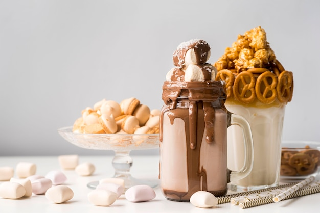 Vista frontale di dolci con salatini e caramelle gommosa e molle