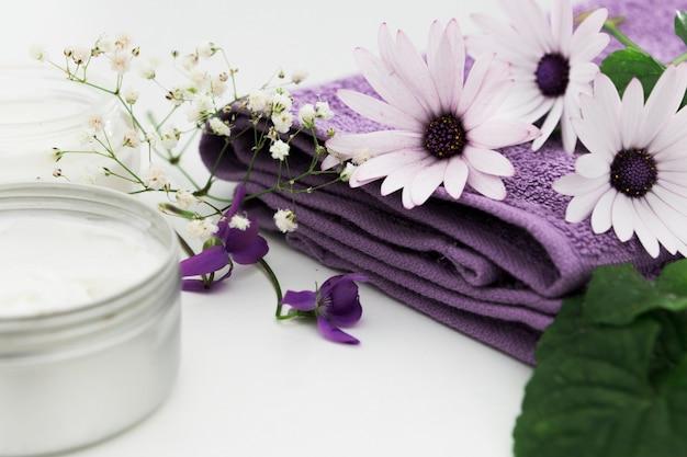 Vista frontale di fiori e crema