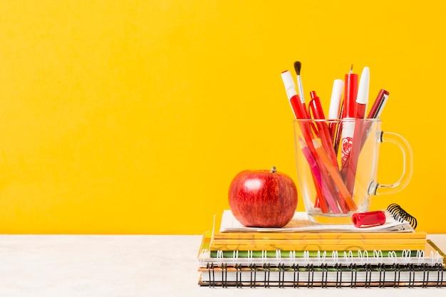 Vista frontale di forniture scolastiche di colori caldi