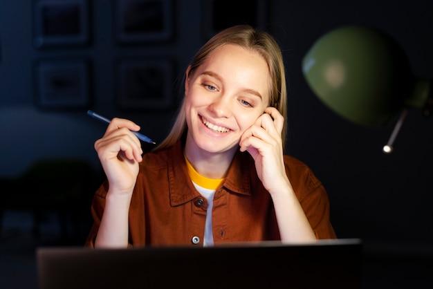 Vista frontale di funzionamento sorridente della donna