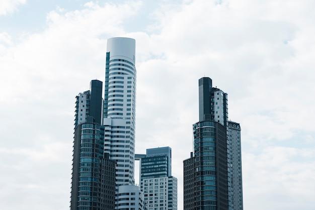 Vista frontale di grandiose costruzioni architettoniche