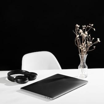Vista frontale di laptop e auricolari