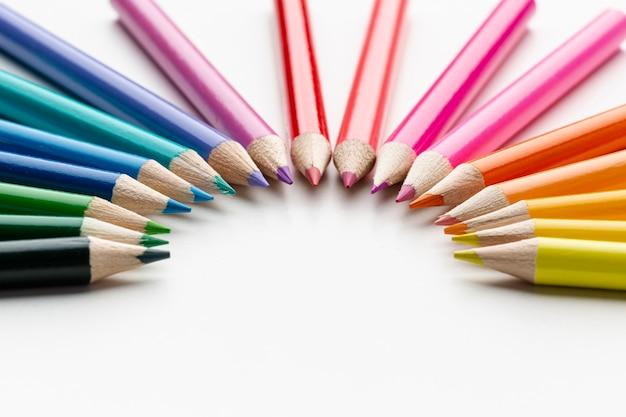 Vista frontale di matite colorate
