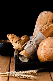 Vista frontale di pane, cornetti e baguette