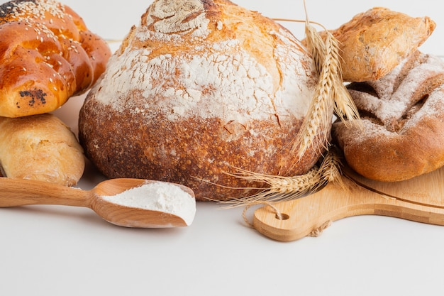 Vista frontale di pane cotto con cucchiaio di legno