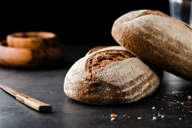 Vista frontale di pane e coltello sul tavolo