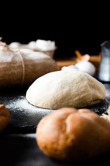 Vista frontale di pasta e pane sul tavolo