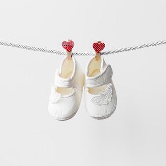 Vista frontale di piccole scarpe da bambino carino