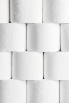 Vista frontale di rotoli di carta igienica ordinatamente impilati