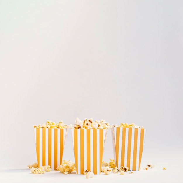 Vista frontale di scatole di popcorn con spazio di copia