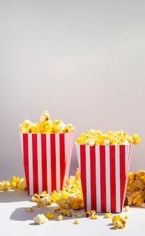 Vista frontale di scatole di popcorn