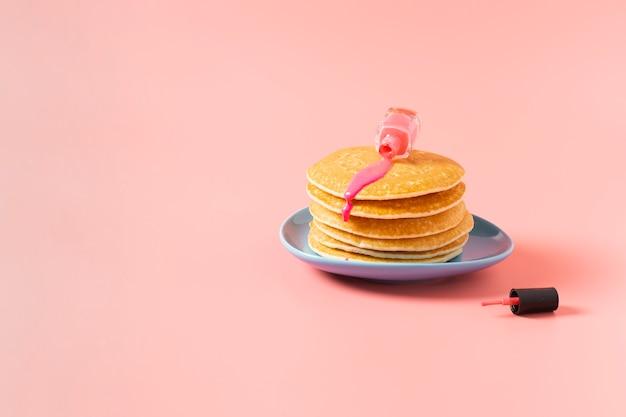 Vista frontale di smalto sui pancake con fondo normale
