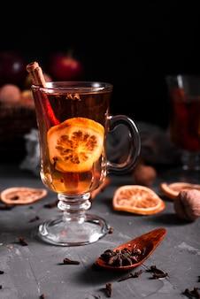 Vista frontale di tè caldo e chiodi di garofano