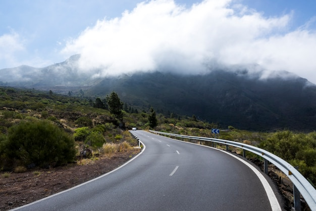 Vista frontale di un'autostrada vuota