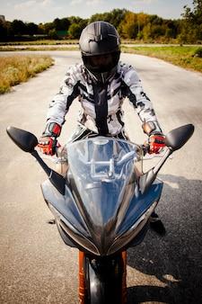 Vista frontale di un motociclista sulla strada