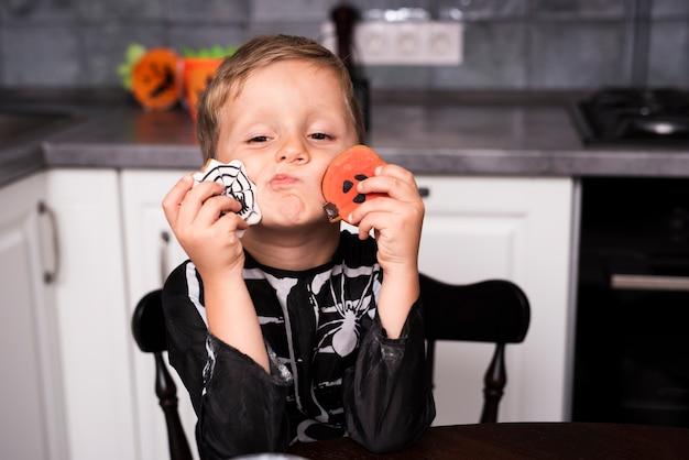 Vista frontale di un ragazzino con i biscotti
