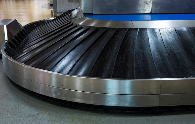 Vista frontale di un tapis roulant per bagagli