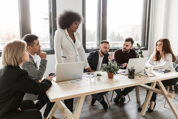 Vista frontale di uomini d'affari in riunione